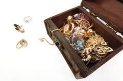 Pecho de tesoro con oro Foto de archivo