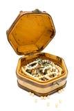 Pecho de tesoro de madera con joyería fotos de archivo libres de regalías
