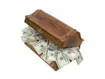Pecho de tesoro de madera por completo del dinero Foto de archivo libre de regalías