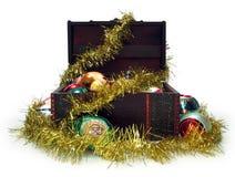 Pecho de tesoro por completo de las decoraciones de la Navidad fotografía de archivo libre de regalías