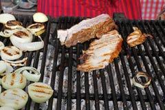 Pecho del cerdo en barbacoa Costillas asadas en un Bbq Carne asada a la parrilla en una luz del sol, papel pintado del fondo Conc imagen de archivo