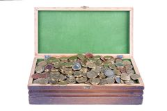 Pecho del dinero con las porciones de monedas europeas fotografía de archivo