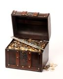 Pecho del dinero y una daga Fotos de archivo libres de regalías