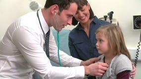 Pecho del doctor Listening To Child en cirugía metrajes