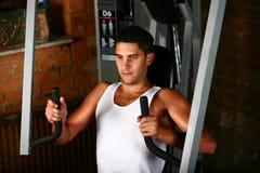 Pecho del entrenamiento del Bodybuilder Fotografía de archivo libre de regalías