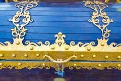 pecho del metal u ornamento forjado hermoso del tronco fotos de archivo libres de regalías