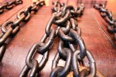 Pecho marrón de madera, viejo, viejo atado con las cadenas gruesas, fuertes del metal fotos de archivo