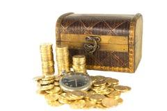 Pecho por completo de las monedas de oro del reloj viejo Foto de archivo libre de regalías