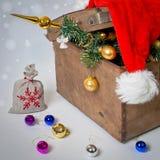 Pecho viejo con el árbol de navidad foto de archivo libre de regalías