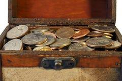Pecho viejo por completo de monedas Imagenes de archivo