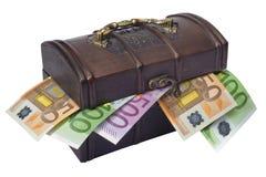 Pecho y dinero de tesoro Foto de archivo libre de regalías