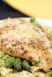 Pecho y pastas asados a la parilla de pollo Fotos de archivo