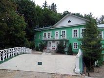pechora 普斯克夫使修道院陷下 父亲优胜者木房子  图库摄影