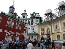 pechora Pskov Jaskiniowy monaster Pielgrzymi przychodzi wewnątrz dla ceremonii Obraz Stock