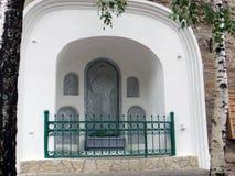 pechora Pskov scava il monastero Anaglyphy dell'icona situato sulla parete del monastero Fotografia Stock