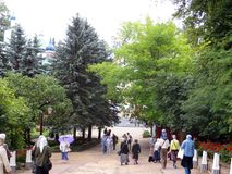 pechora Pskov scava il monastero Pellegrini che entrano per la cerimonia immagini stock libere da diritti