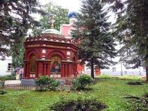pechora Pskov scava il monastero Piccolo chappel rosso Fotografia Stock