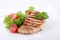 Pechos de pollo asados a la parilla con las verduras frescas Imagen de archivo