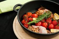 Pechos de pollo con romero y tomates Imágenes de archivo libres de regalías