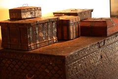 Pechos y cajas; antigüedades en un interior moderno fotografía de archivo libre de regalías