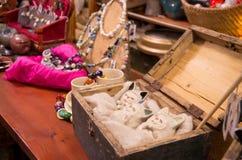 Pechos y joyería en la exhibición imágenes de archivo libres de regalías