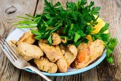 Pechuga de pavo asada con las hierbas, la sopa de la calabaza y el perejil en el Th Foto de archivo
