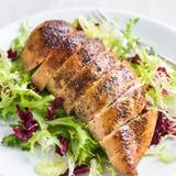 Pechuga de pollo asada con la ensalada fresca Foto de archivo libre de regalías