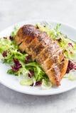 Pechuga de pollo asada con la ensalada fresca Imagenes de archivo