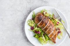 Pechuga de pollo asada con la ensalada fresca Imágenes de archivo libres de regalías