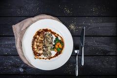 Pechuga de pollo asada a la parrilla con las setas y la espinaca frita imagen de archivo