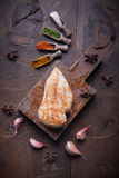 Pechuga de pollo asada a la parrilla, fondo de la comida, fondo de madera Foto de archivo libre de regalías