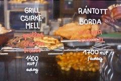 Pechuga de pollo asada a la parrilla y rebanada vienesa Foto de archivo libre de regalías