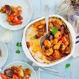 Pechuga de pollo cocida con las verduras en la tabla de madera con el vino Imagen de archivo libre de regalías
