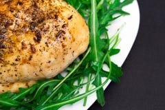 pechuga de pollo cocida con lechuga y arugula verdes fotografía de archivo libre de regalías