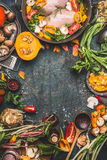 Pechuga de pollo con la calabaza, la condimentación y los ingredientes orgánicos de las verduras del jardín, cocinando la prepara Fotos de archivo libres de regalías