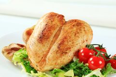 Pechuga de pollo con las patatas y la ensalada Fotografía de archivo