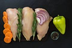 Pechuga de pollo con romero y zanahorias, cebollas y pimienta dulce Imagen de archivo libre de regalías
