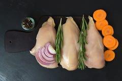 Pechuga de pollo con romero y zanahorias y cebollas top de la visión Fotografía de archivo