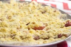 Pechuga de pollo cruda cortada en las tiras pulverizadas con la harina de maíz Imágenes de archivo libres de regalías