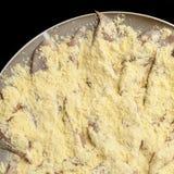 Pechuga de pollo cruda cortada en las tiras pulverizadas con la harina de maíz Fotografía de archivo