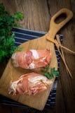 Pechuga de pollo cruda rellena con el champiñón envuelto con tocino Fotografía de archivo
