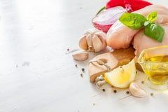 Pechuga de pollo e ingredientes en el fondo de madera blanco Fotos de archivo libres de regalías