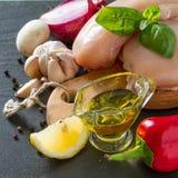 Pechuga de pollo e ingredientes en fondo de piedra oscuro Fotografía de archivo