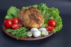 pechuga de pollo en las hojas de la lechuga con los tomates y los huevos de codornices fotos de archivo libres de regalías