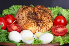 pechuga de pollo en las hojas de la lechuga con los tomates y los huevos de codornices fotografía de archivo