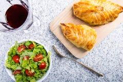 Pechuga de pollo en pasteles franceses con la ensalada fresca Fotos de archivo libres de regalías