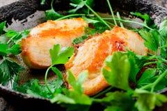 Pechuga de pollo frita cacerola con verdes Foto de archivo libre de regalías