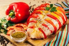 Pechuga de pollo rellena con pimienta en las especias, listas para cocer Fotos de archivo