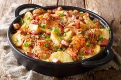Pechuga de pollo tradicional cocida con las patatas, el tocino y el queso imagenes de archivo