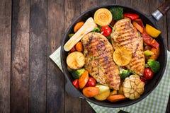 Pechuga de pollo y verduras asadas a la parrilla Imágenes de archivo libres de regalías
